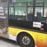 Barevné označení linky na boční straně autobusu