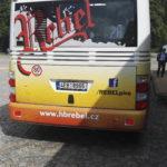Barevné označení linky na zadní straně autobusu